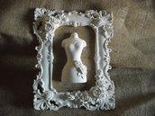 Cornice decorativa shabby chic  polvere ceramica  pattern  stoffa  fantasia ocra  e vestitino
