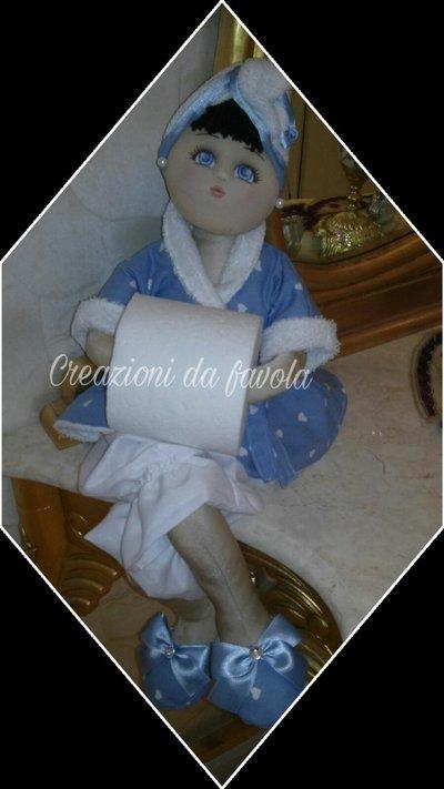 Bambola portarotolo azzurra