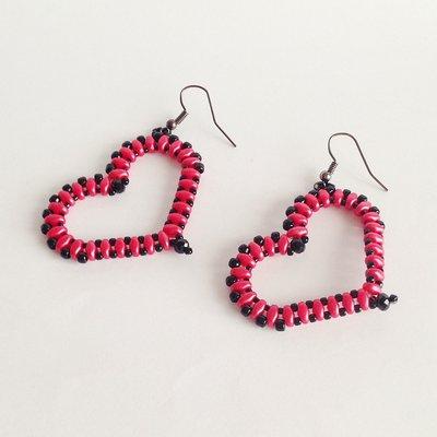 Orecchini Hearts rosso e nero con perline a forma di cuore