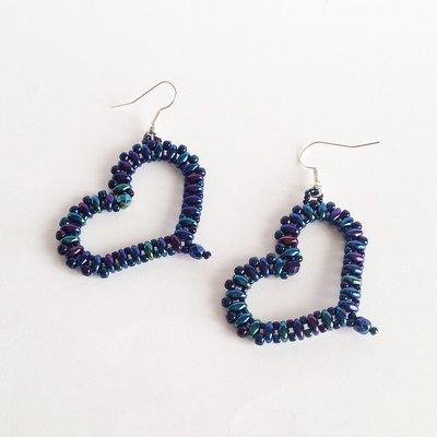 Orecchini Hearts blu metalizzato perline a forma di cuore