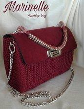 Borsa color rubino fatta a mano con camoscio e manico gioiello