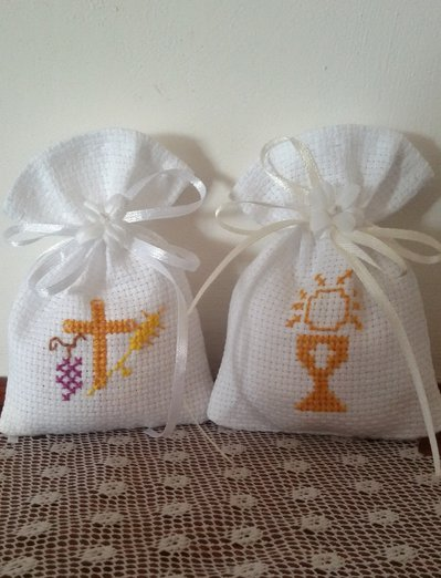 Sacchetti per confetti comunione con ricamo punto croce su tela aida bianca