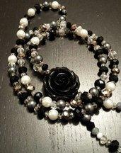 Collana a nodo con cristalli e perline in nero, grigio e bianco