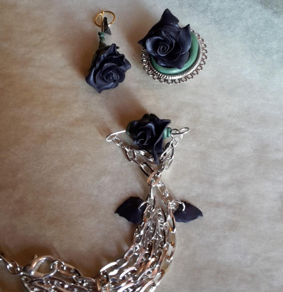Collana dark rosa nera