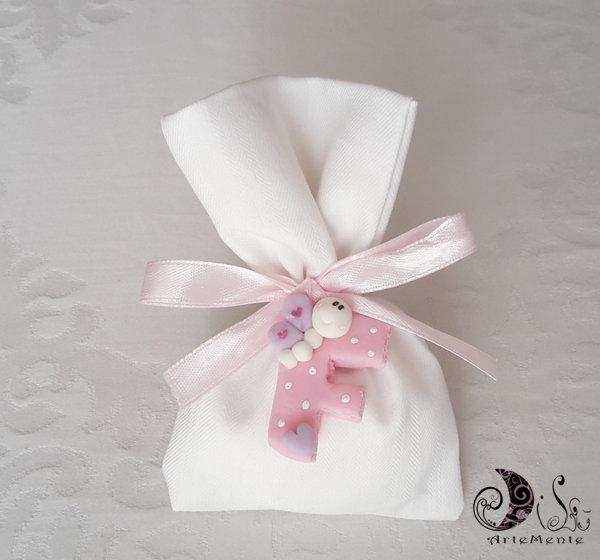 451048f42e Bomboniera sacchetto in cotone con ciondolo lettera con animaletti farfalla  per bimba