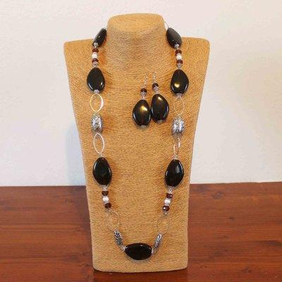 Collana lunga con perle in resina ambra scuro