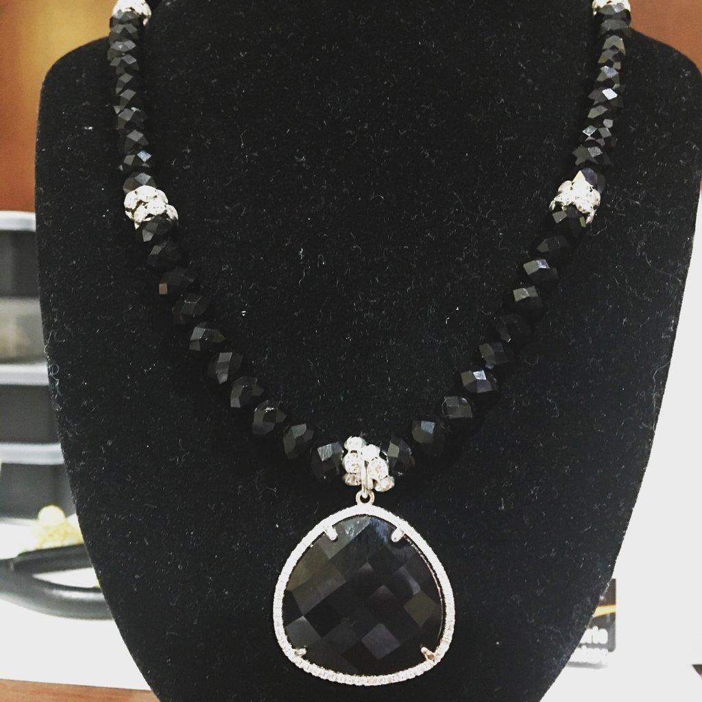 Collana medio/lunga con pendente a goccia nero