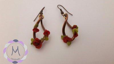 Orecchini pendenti a spirale con fiorellini in acrilico.