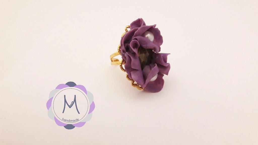 Anello su base regolabile con inserti in acrilico viola.
