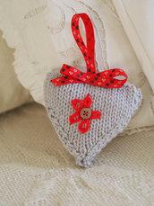 Cuore in lana grigio perla/dettagli:rosso -Decorazione,dono per San Valentino-Fatto a mano in maglia,imbottito,decorato con nastri inglesi,bottoni e ricami.Personalizzabile