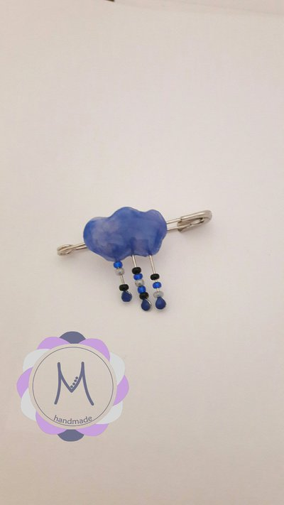 Spillone con nuvoletta in acrilico blu.