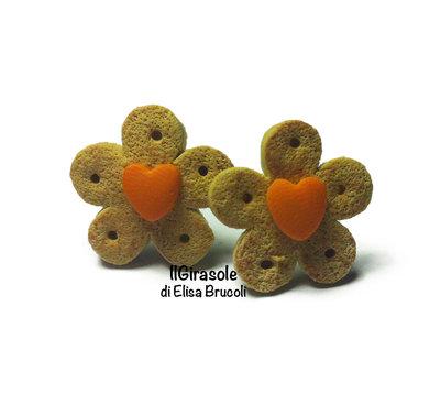 Orecchini biscotti cialda e piccolo cuore arancione a perno in pasta polimerica fimo