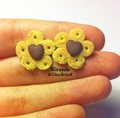 Orecchini biscotti cialda e piccolo cuore al cioccolato a perno in pasta polimerica fimo
