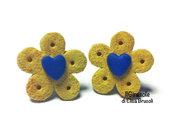 Orecchini biscotti cialda e piccolo cuore blu a perno in pasta polimerica fimo