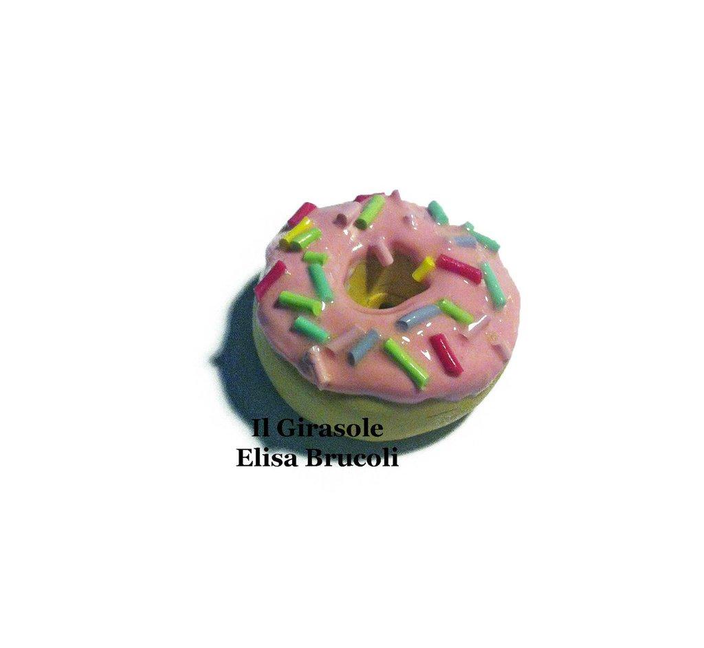 Calamita ciambella con glassa rosa e zuccherini colorati in pasta polimerica fimo