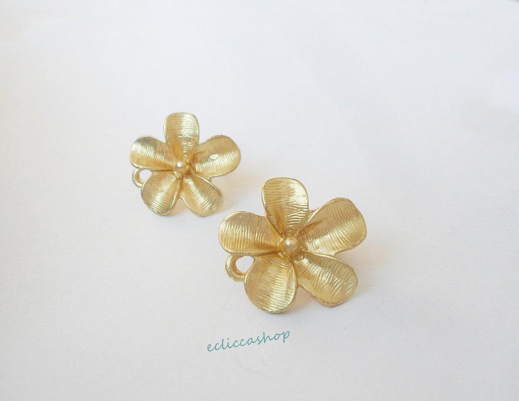 Base orecchini con fiore colore oro nickel free 1coppia