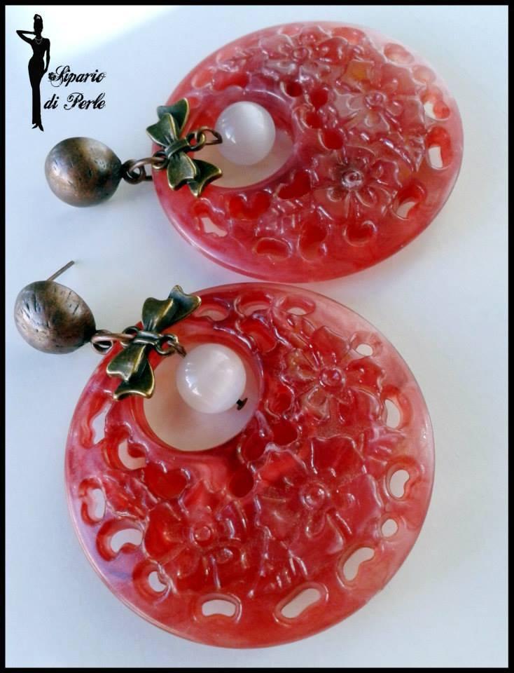 Orecchini in resina rossi e bronzo