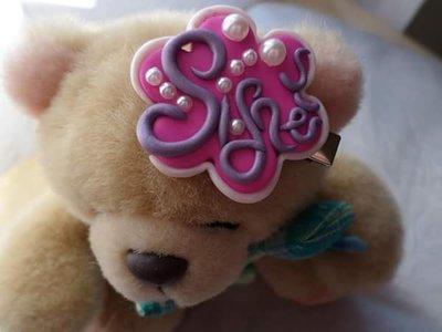 Fermaglio pinza per capelli personalizzato con nome bimba per bambine e ragazze a forma di fiore rosa fuxia e viola in fimo con applicazione perline da usare anche come spilla