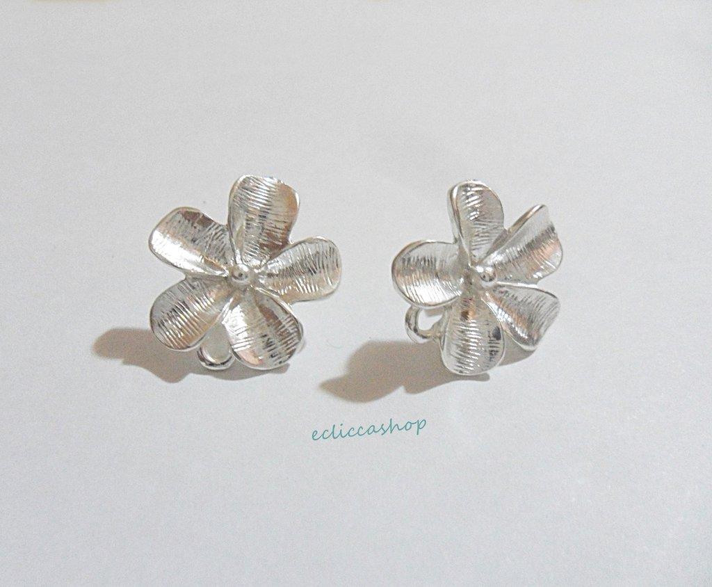 Base orecchini con fiore colore argento nickel free 1coppia