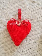 Cuore in lana rossa decorato con nastro inglese,tartan -Grande bottone in legno dipinto-Decorazione,dono per San Valentino-Fatto a mano in maglia,imbottito,Personalizzabile