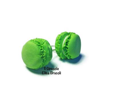 Orecchini macaron verde pastello a perno in fimo