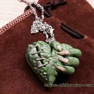 Collana Zombie punk horror cuore di strega con mano artigli by alchemian