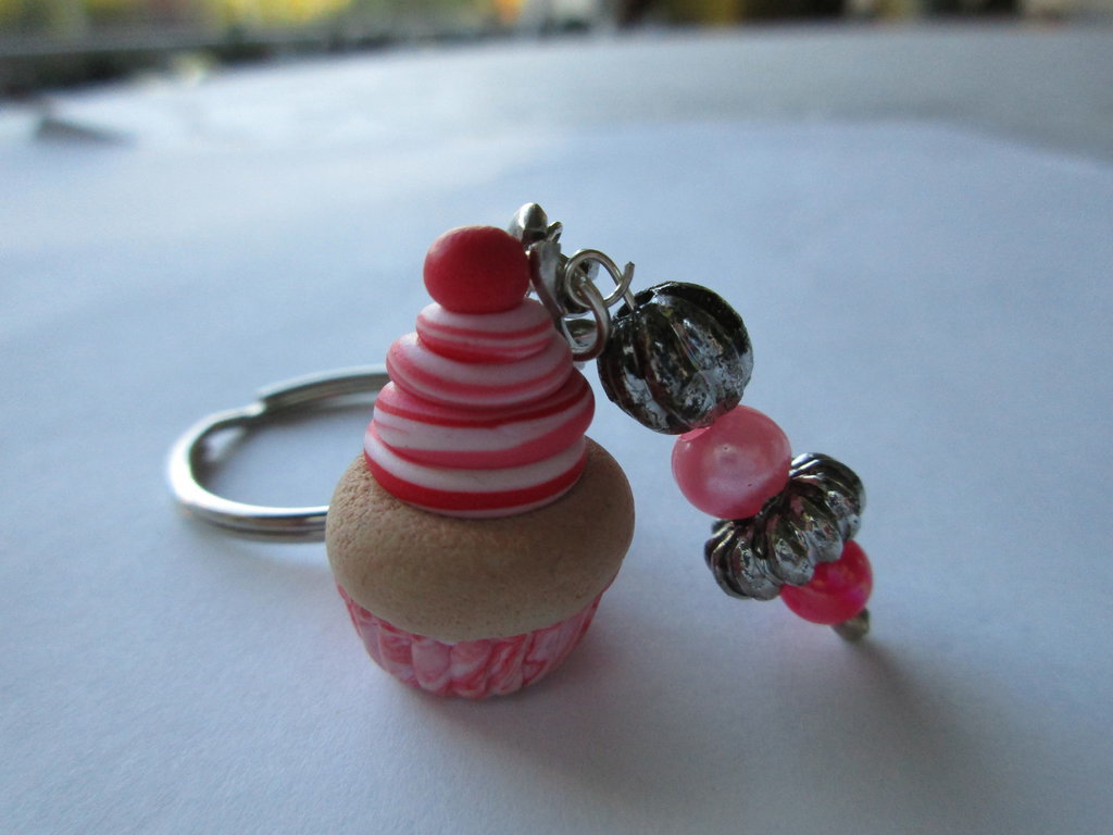 Portachiavi in fimo con cupcake e perline.