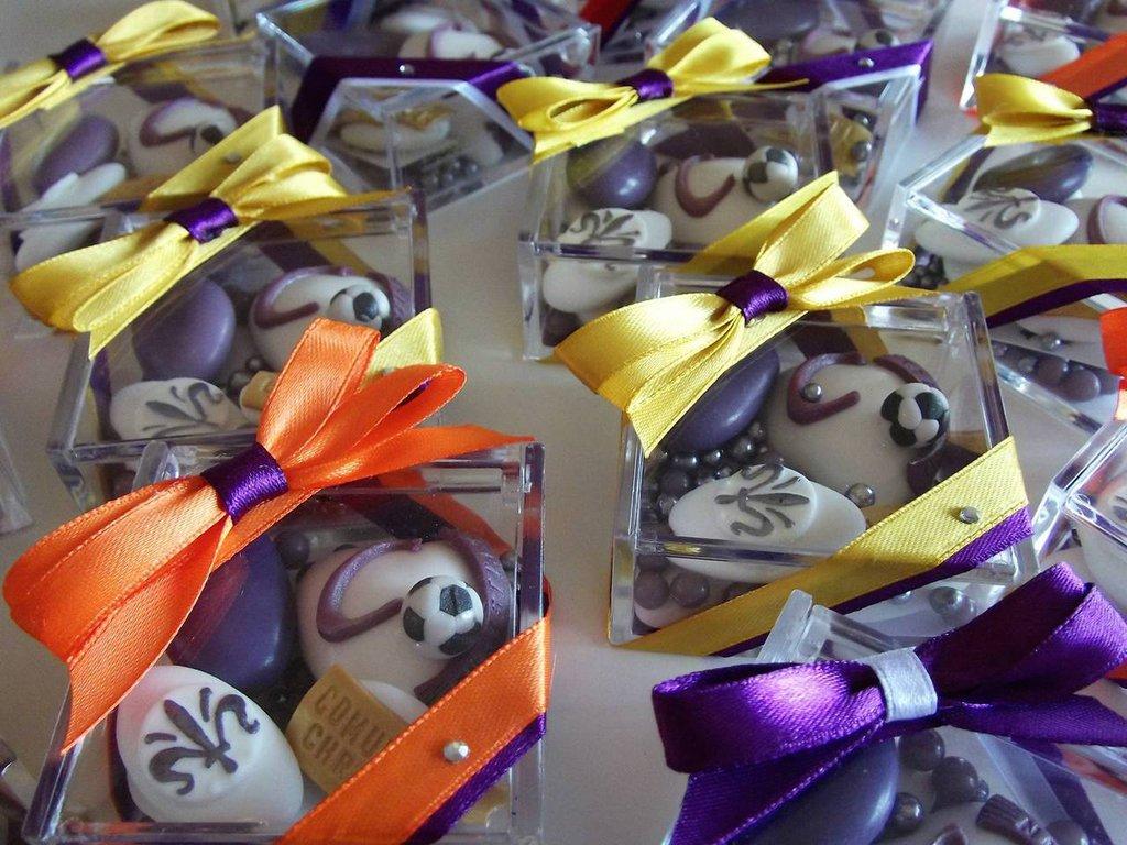 bomboniera comunione o cresima di confetti decorati - bomboniera confetti - confetti decorati - bomboniera calcio - scatola porta confetti - bomboniera fiorentina - bomboniera Juventus - bomboniera inter - bomboniera Roma -