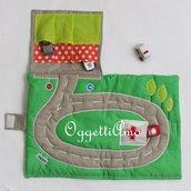 Pista delle macchinine un'idea regalo per i piccoli intrepidi amanti della velocità ! Versione borsa da viaggio per trasportare tutte le sue macchinine in modo comodo e divertente!