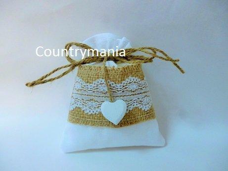 sacchetto bomboniera bianco con nastro di yuta e pizzo e cuore di legno