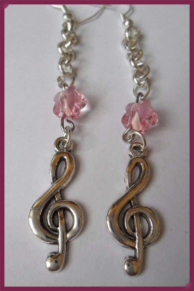 Orecchini pendolo con nota musicale e fiore in cristallo a pendolo
