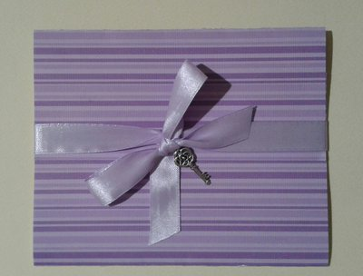 Partecipazione nozze invito matrimonio color lavanda con charm chiave