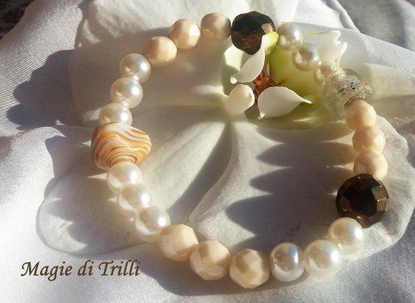 Braccialetto artigianale con elastico, di color avorio con cristalli e perle