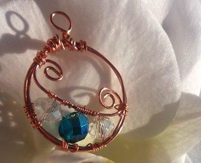 Originale ciondolo in rame, con cristalli bianchi e blu; realizzato a mano con tecnica wire