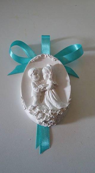 bomboniera segnaposto medaglione con sposini in gesso ceramico