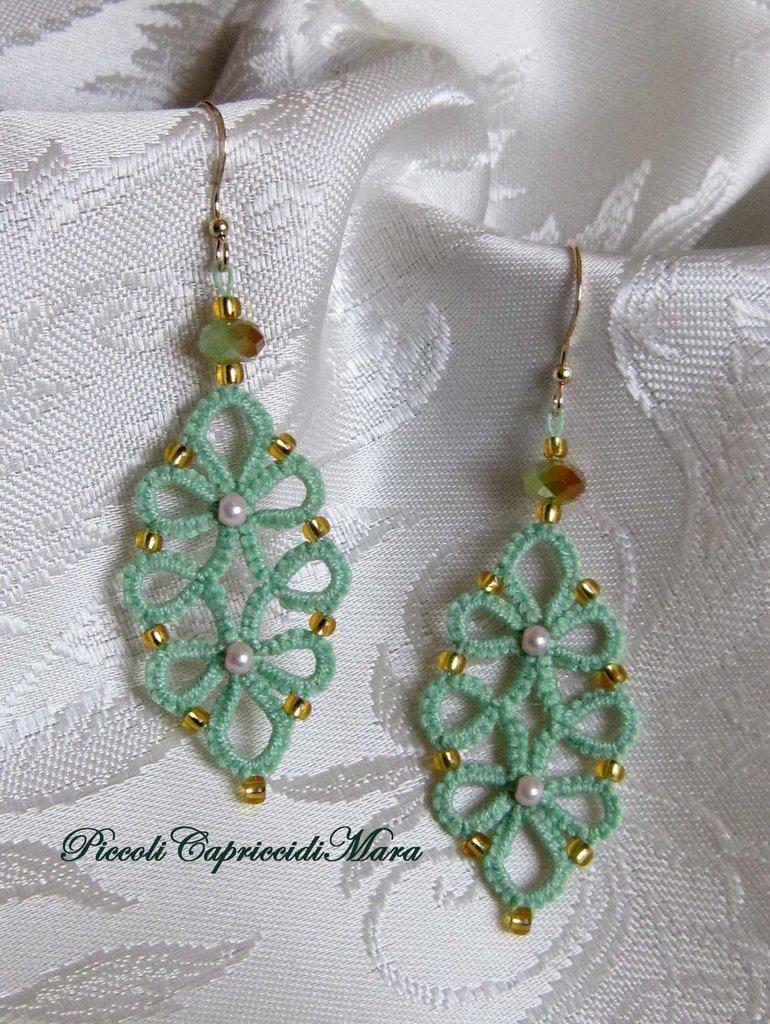Orecchini verde chiaro al chiacchierino, cristalli verdi, perline rosa e dorate