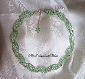 Collana verde chiaro al chiacchierino, cristalli verdi, perline rosa e dorate