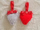 Coppia di cuori piccoli,1 cuore rosso/1 cuore grigio.In lana,lavorati a maglia.Decorati con nastro tartan e bottoncini. Varie misure e decorazioni.