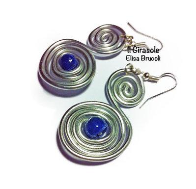 Orecchini wire alluminio argento ad S con perla blu scuro in pasta polimerica