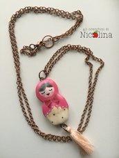 Collana lunga Matrioska rosa con nappa rosa