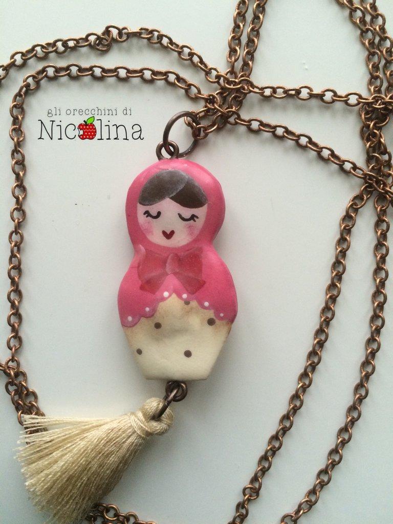 Collana lunga Matrioska rosa con nappa beje