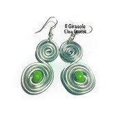 Orecchini wire alluminio argento ad S con perla verde in pasta polimerica