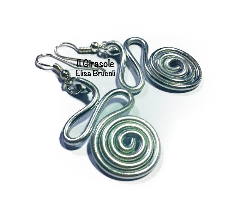 Orecchini wire argentato con curve e grande spirale
