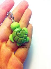 Portachiavi tartaruga verde con cuore in fimo