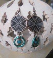 Orecchini pendenti bronzati con anellino e perlina verde