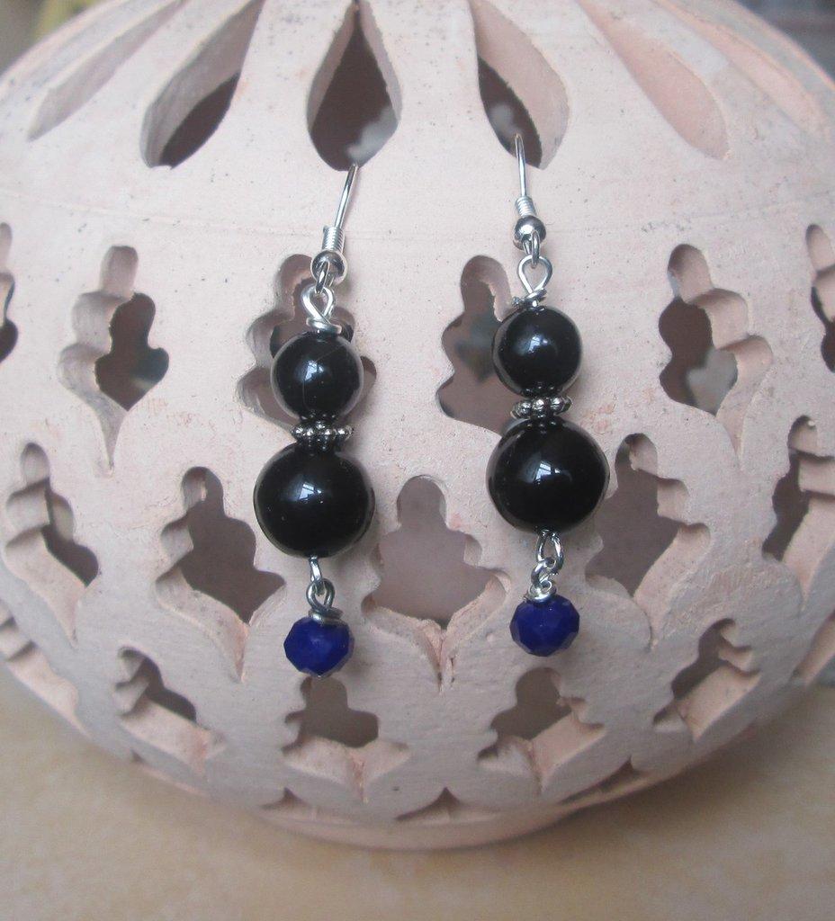 Orecchini pendenti con perline nere e blu