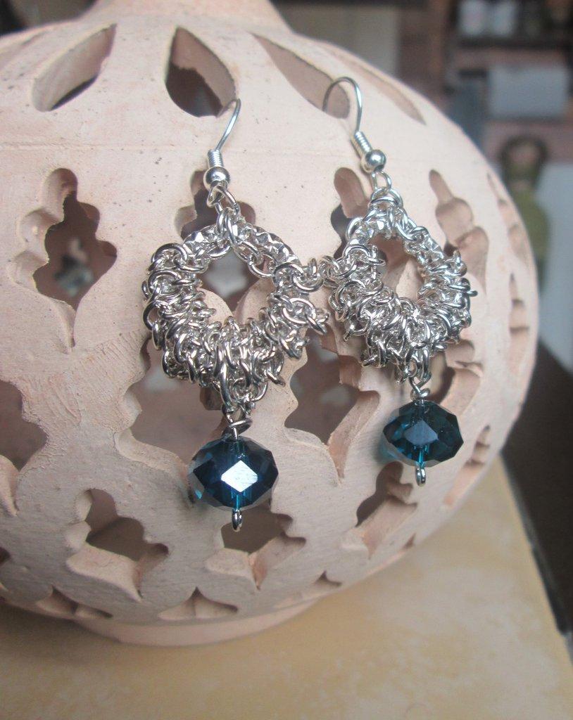Orecchini pendenti argentati con perlina sfaccettata blu