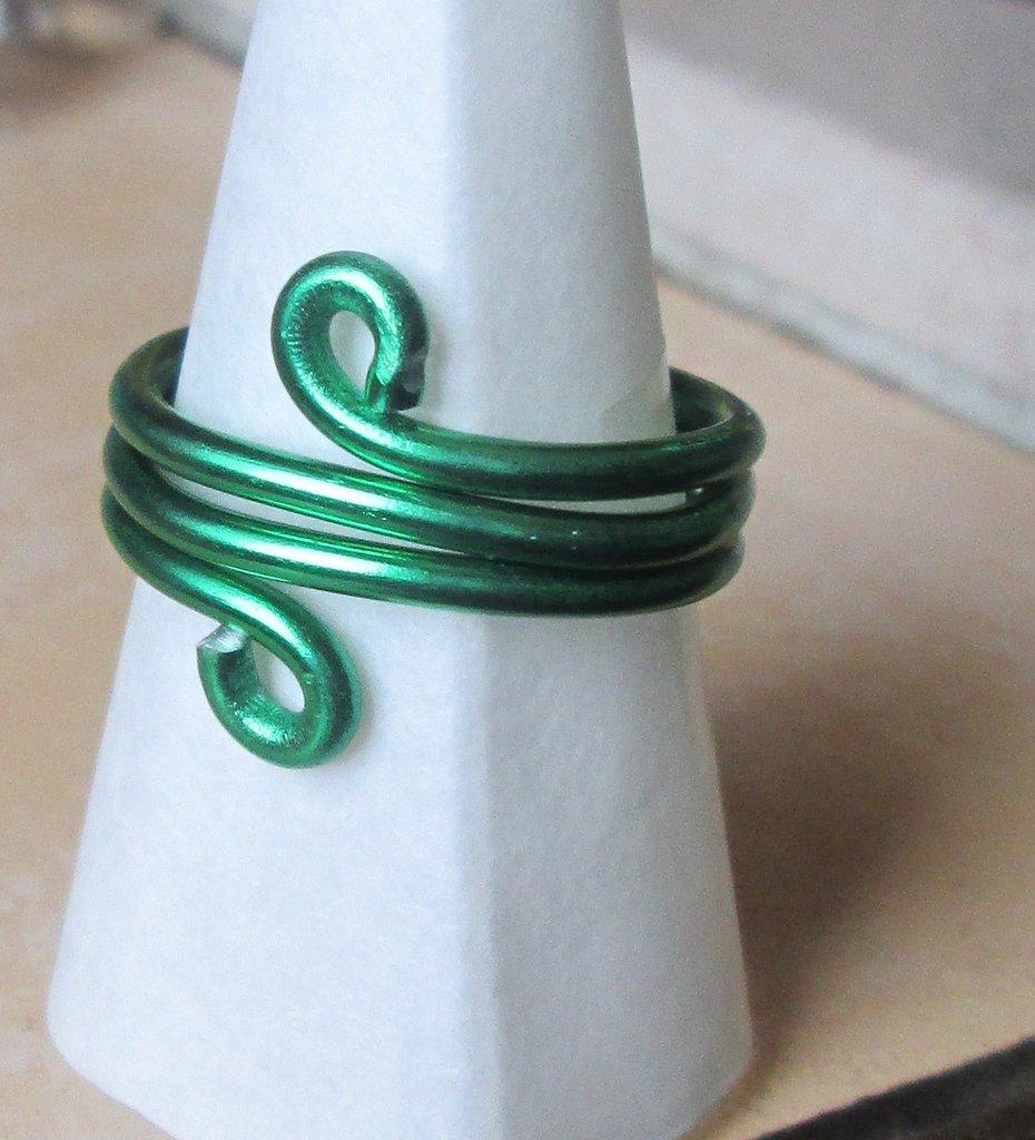 Anello wire in filo verde fatto a mano