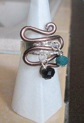 Anello regolabile wire in filo bronzato con perline nera e verde