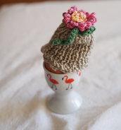 Mini CAPPELLO a maglia .Versione copriouvo écru,smerlato con fiore a telaio e foglie all'uncinetto.Decorazione per cucina o di pasqua,piccolo dono ,segnaposto.Bomboniera.Personalizzabile